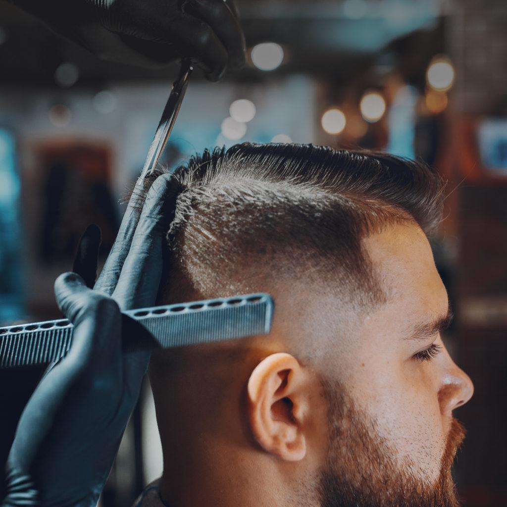 Descubre los diferentes tipos de peines para el barbero